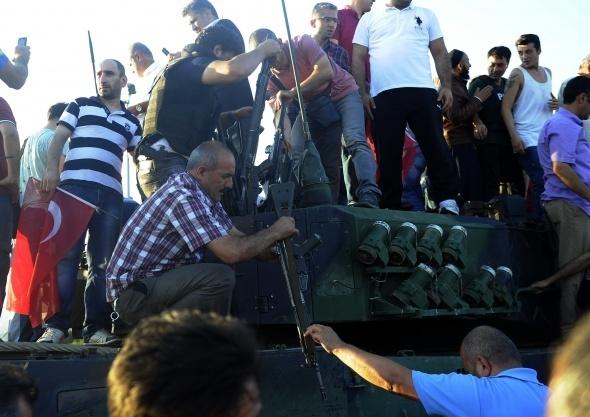 Askeri darbe girişimi halkı sokağa döktü