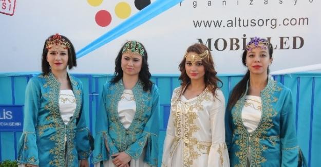 Başbakan'ı karşılamak için geleneksel kıyafet giydiler