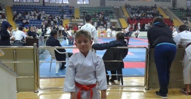 Foçalı minik karateci uluslararası arenadan altın çıkardı