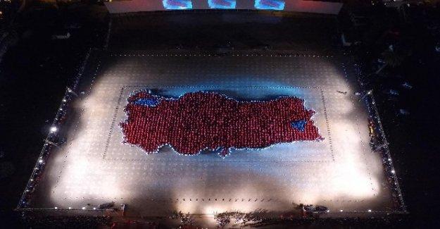 Bayraklı'da 2123 kişi zeybek oynadı, Türkiye haritası oluşturdu