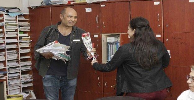 Bayraklı Belediyesi'nden 3 bin öğretmene karanfil