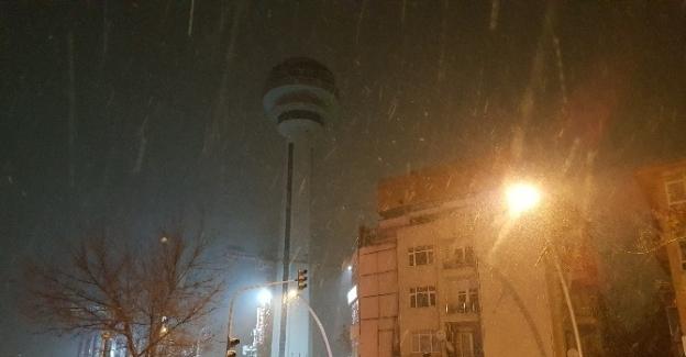 Başkent'te beklenen kar yağışı geldi