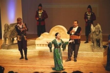 Başkan Kocaoğlu ile Başkan Baydemir, Kürtçe 'Hamlet' Seyretti