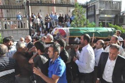 İzmir Valisi Kıraç'ın İlik Verdiği Kız Kardeşi Toprağa Verildi