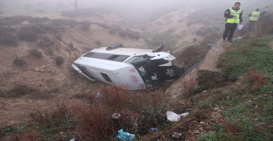 Minibüs devrildi: 13 işçi yaralı
