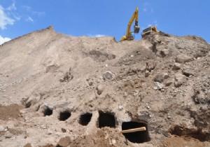 Tarihi Kaya Mezarlarına Kepçe Darbesi