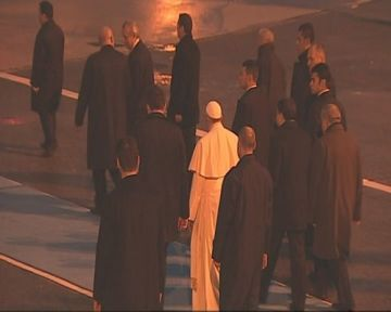 Papa'yı öperek uğurladılar