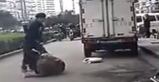 Sokak ortasında sevgili kavgası (video)