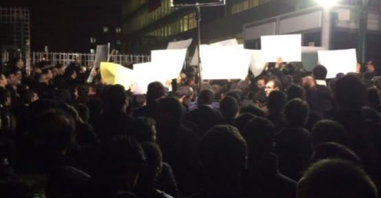 Zaman gazetesi önünde protesto