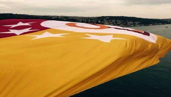 Dev G.Saray bayrağı yakılarak denize atıldı