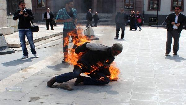 Şimdi de valilik önünde kendini ateşe verdi