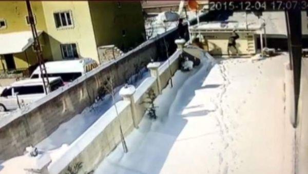 Çatıdan öyle bir düştü ki... O anlar kamerada