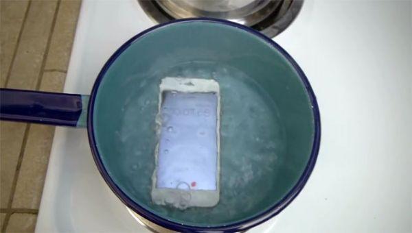 iPhone 6s'i Fokur Fokur Kaynayan Suya Attılar