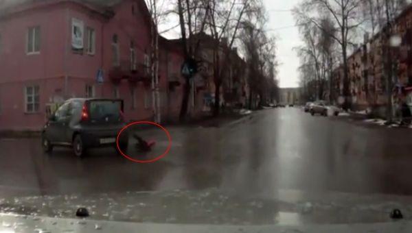 Küçük çocuk otomobilden böyle düştü !